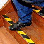 Virtue Retail antidérapant Noir et jaune Safety Hazard ruban 5metres Rouleau de prise en main pour les escaliers marches Tapis de sol extérieur Hazard ruban adhésif antidérapant de la marque Virtue Retail image 3 produit