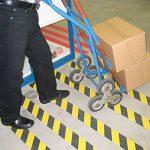 Virtue Retail antidérapant Noir et jaune Safety Hazard ruban 5metres Rouleau de prise en main pour les escaliers marches Tapis de sol extérieur Hazard ruban adhésif antidérapant de la marque Virtue Retail image 2 produit